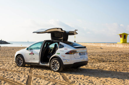 Roadtrip mit dem E-Auto: Tesla Model X am Strand