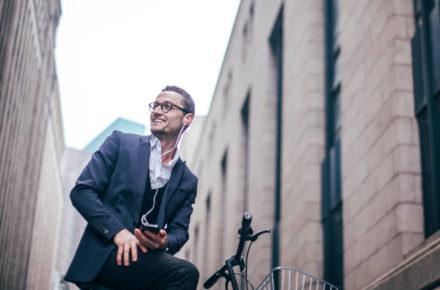 Geschäftsmann auf E-Bike als Dienstrad