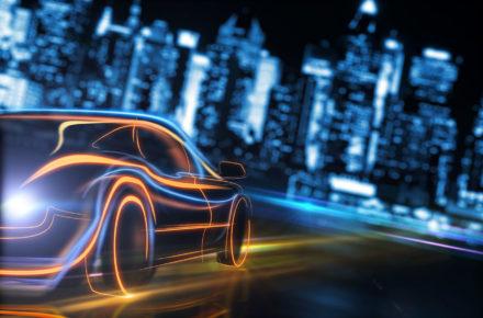 Induktives Laden mit futuristischem Auto