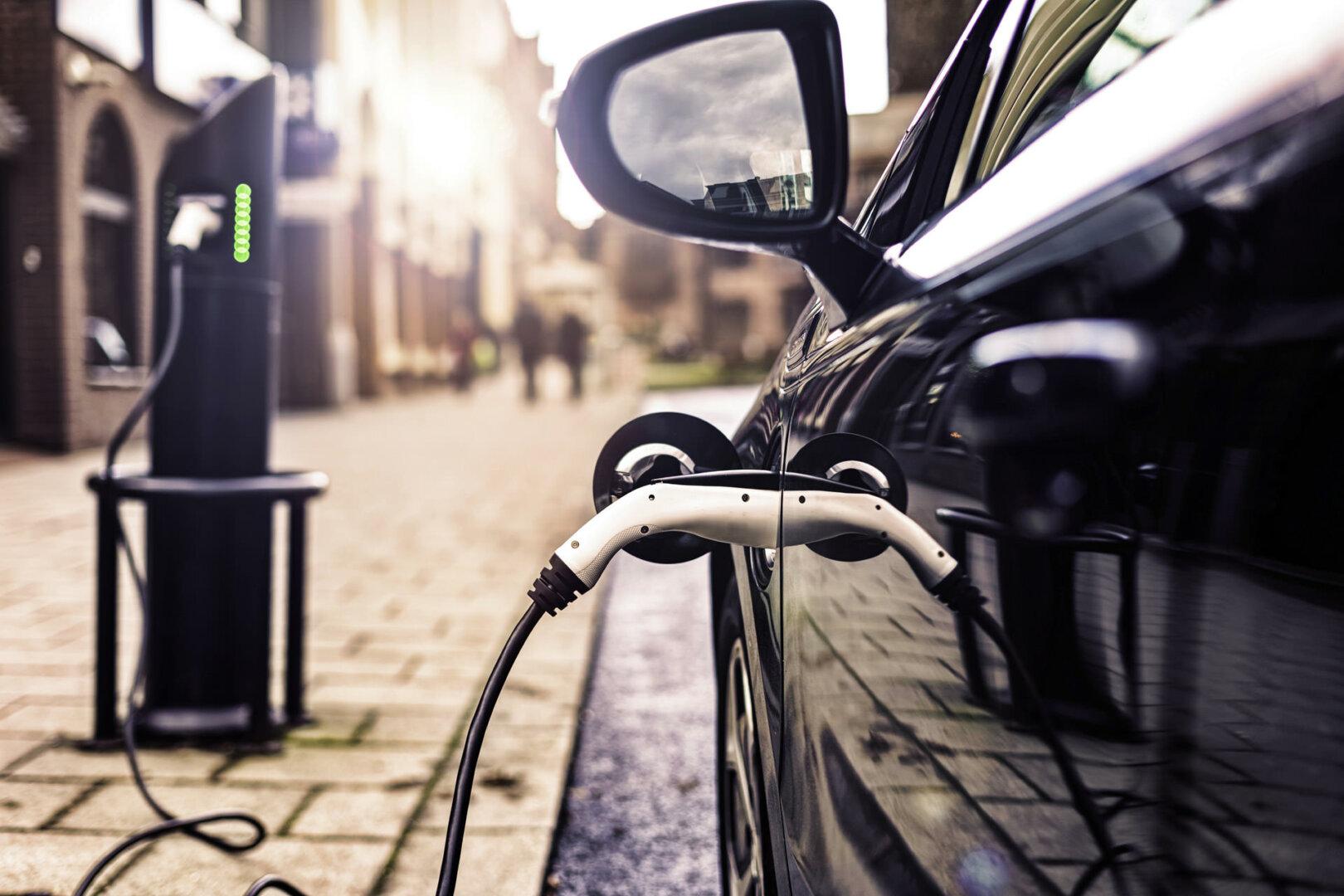 Elektroauto halböffenlich laden vor Geschäften, Restaurants, Hotelss