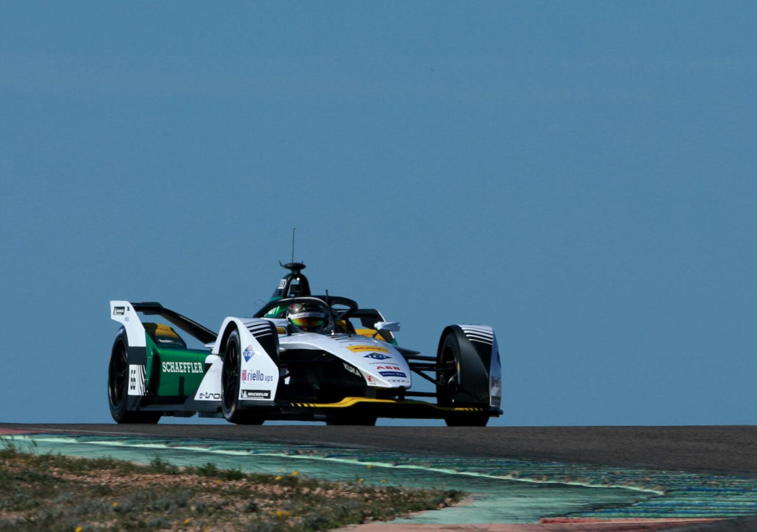 Formel-E-Fahrer Daniel Abt mit Audi e-tron auf Rennstrecke