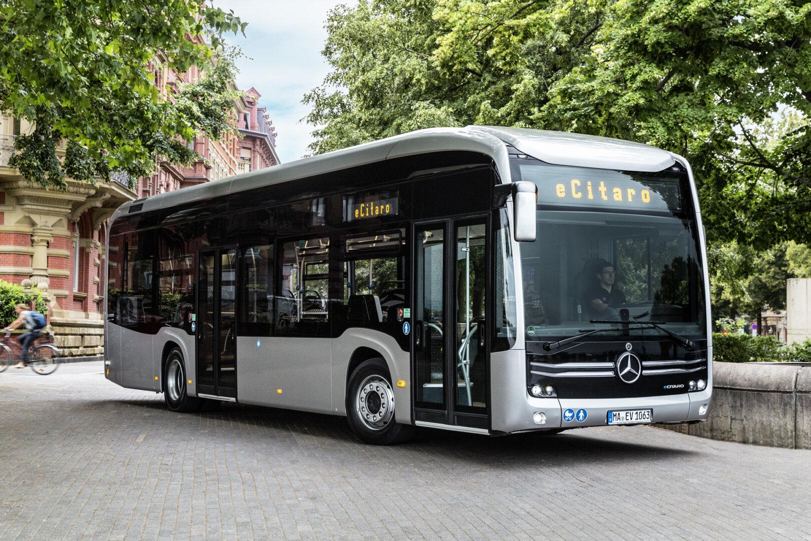 Silberner Mercedes E-Bus in einem Wendekreis
