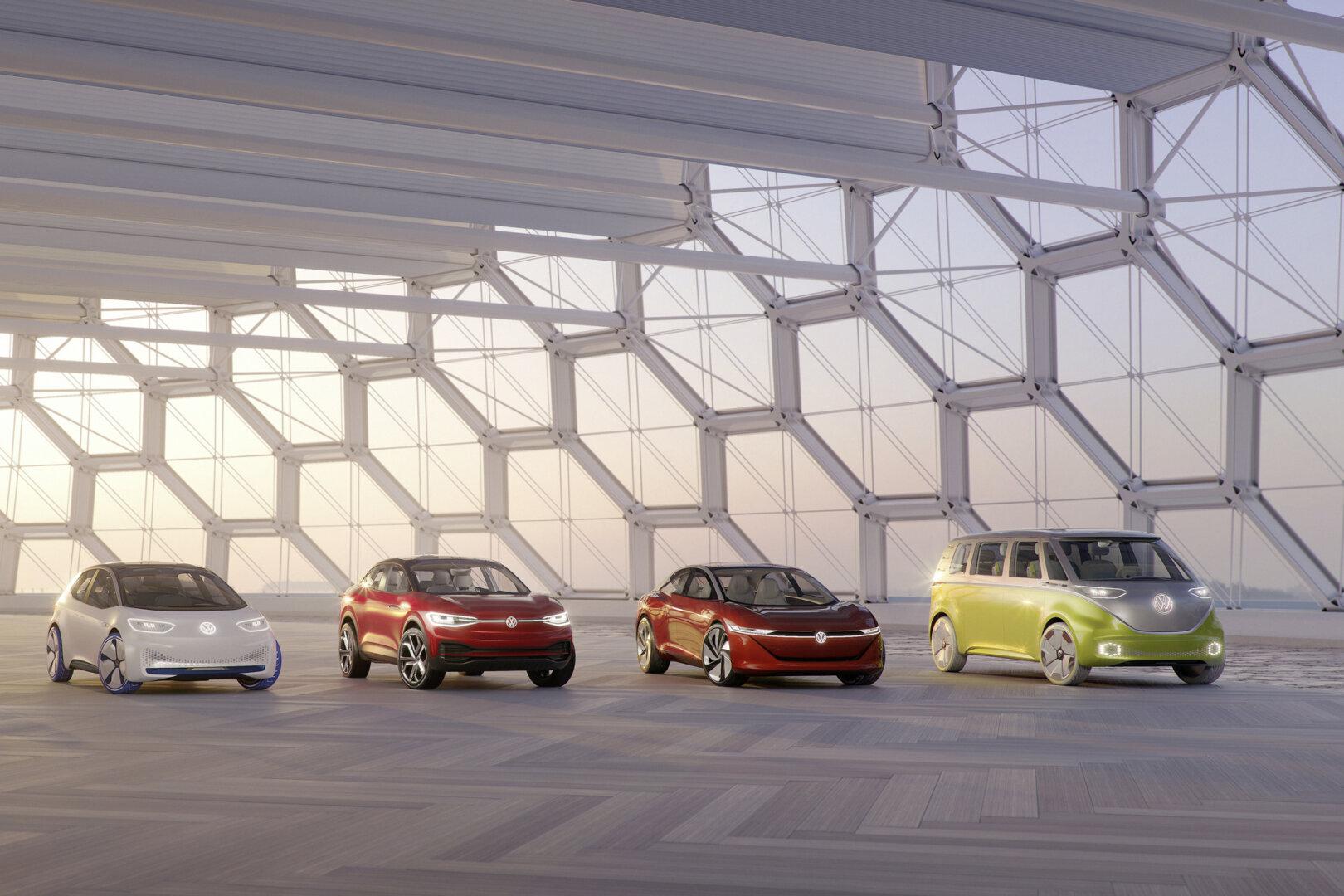Vier Elektroautos inklusive des elektrischen VW Bullis in einer Reihe.