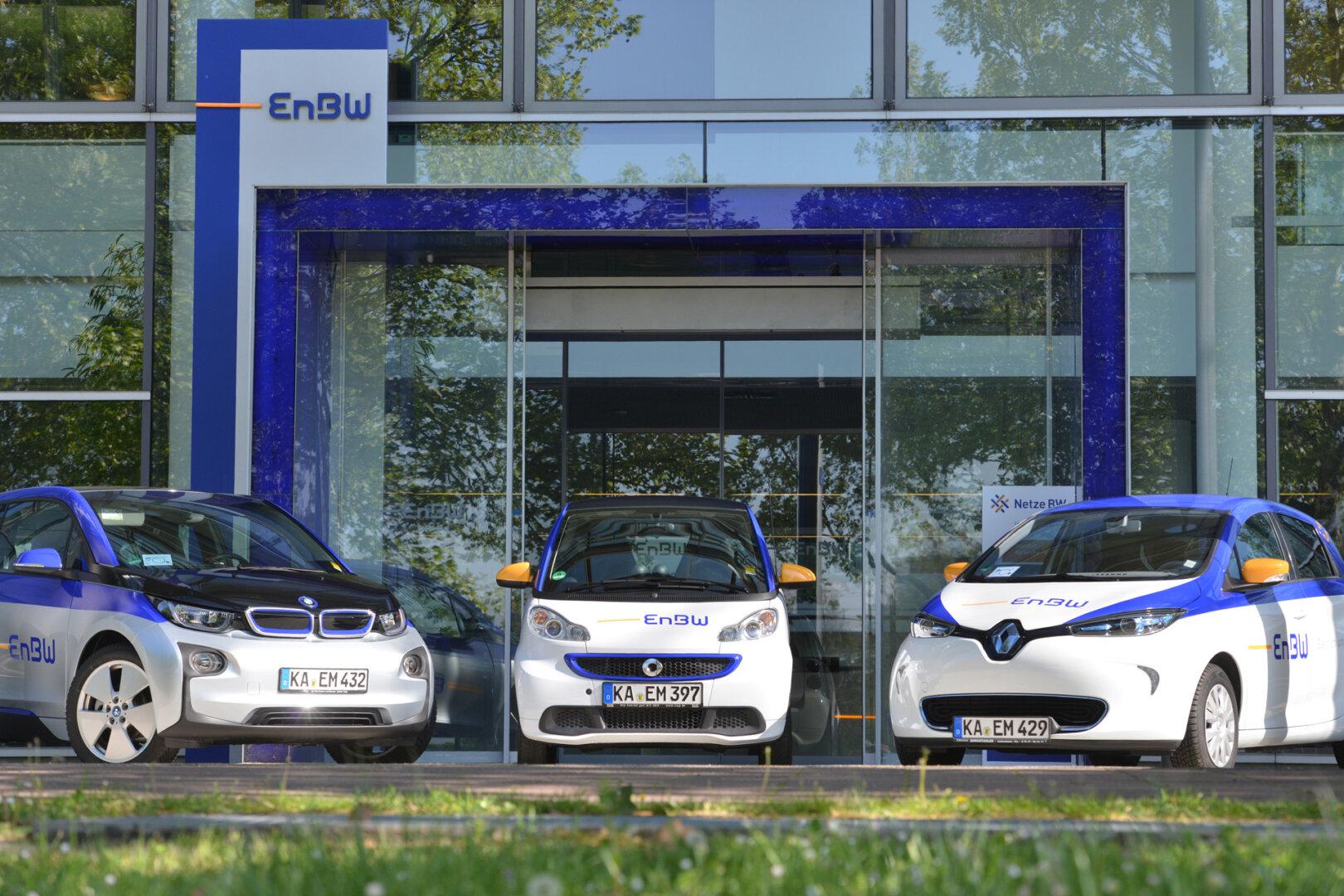 Drei E-Autos stehen in einer Reihe