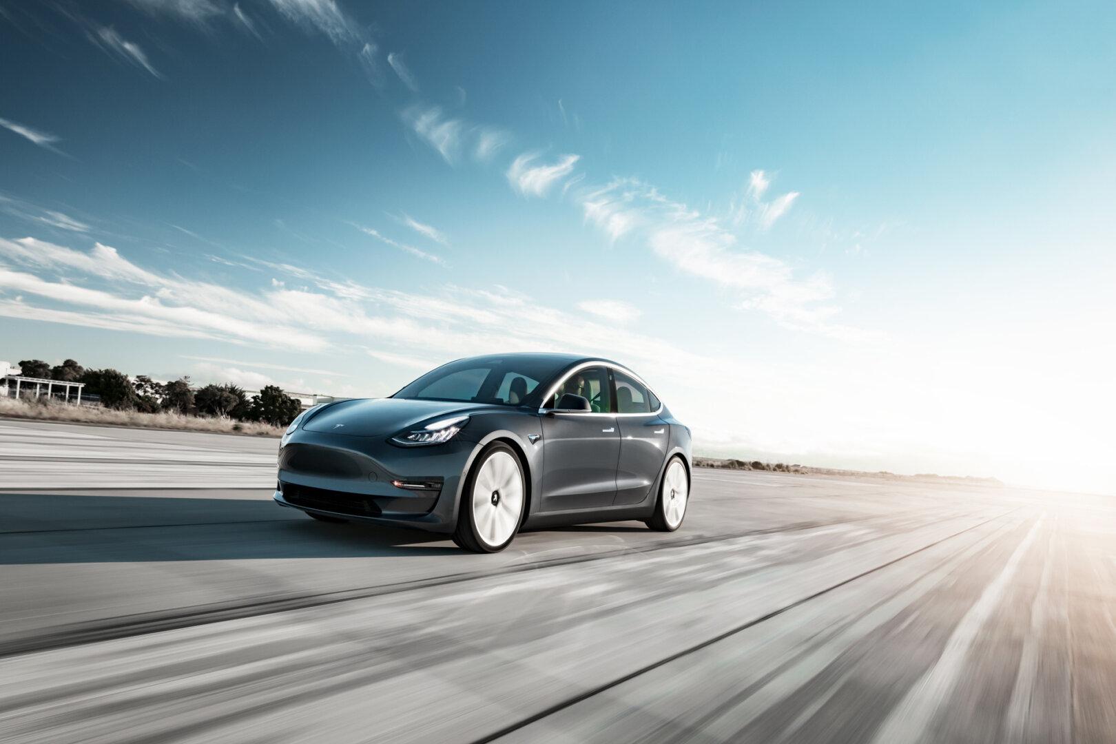 Tesla Model 3 auf einer Straße
