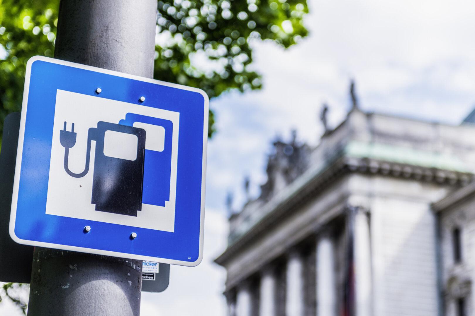 Schild Ladestation in Stadt