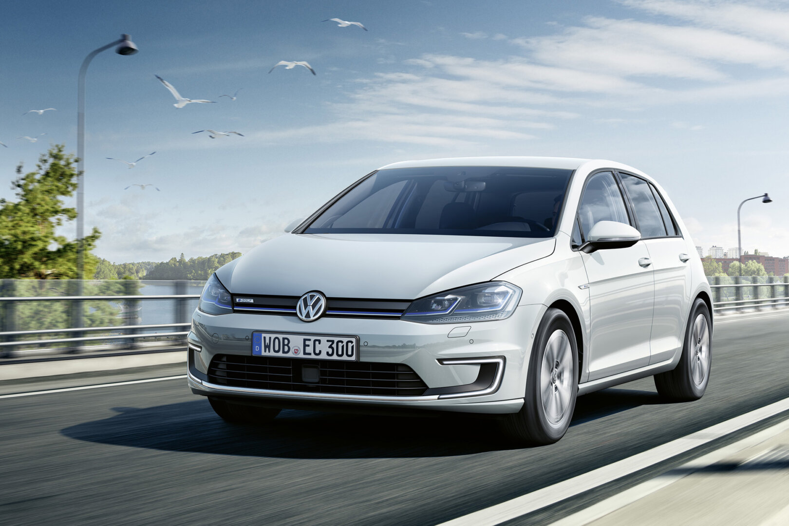 VW e-Golf, Gewinner des ADAC Ecotest, fährt über die Straße.