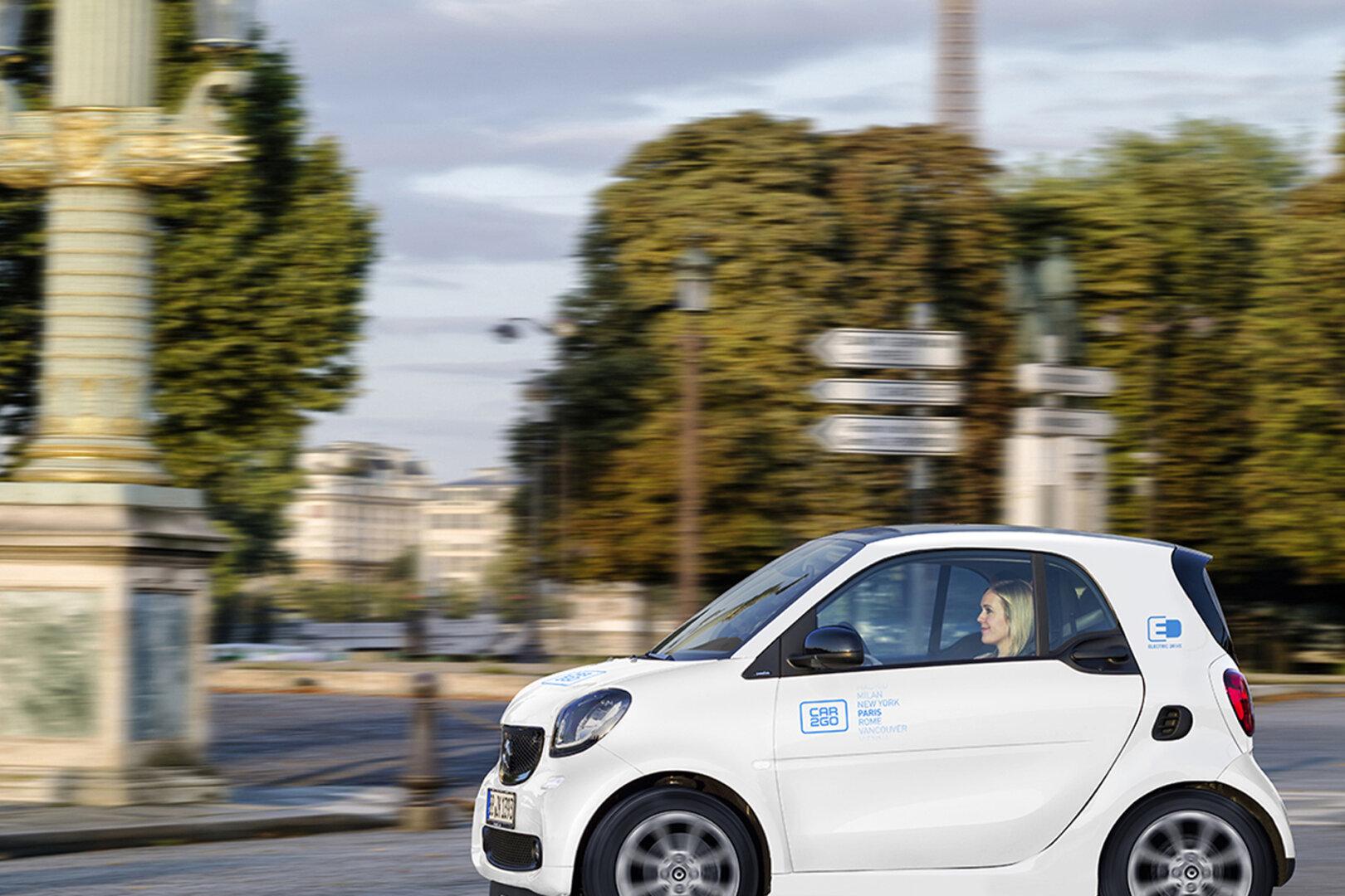 Elektroauto Smart von car2go fährt durch Paris