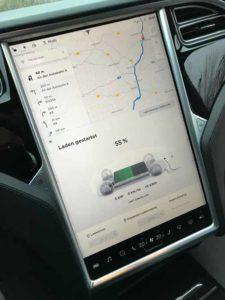 Ladeanzeige des Tesla.