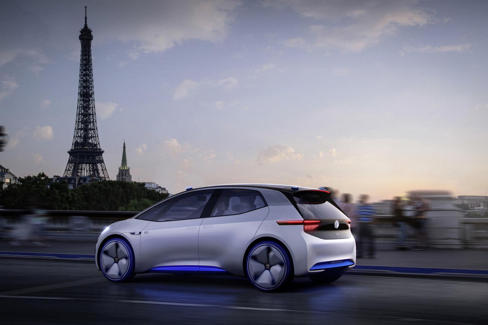 E-Auto von VW mit dem Eiffelturm im HIntergrund.