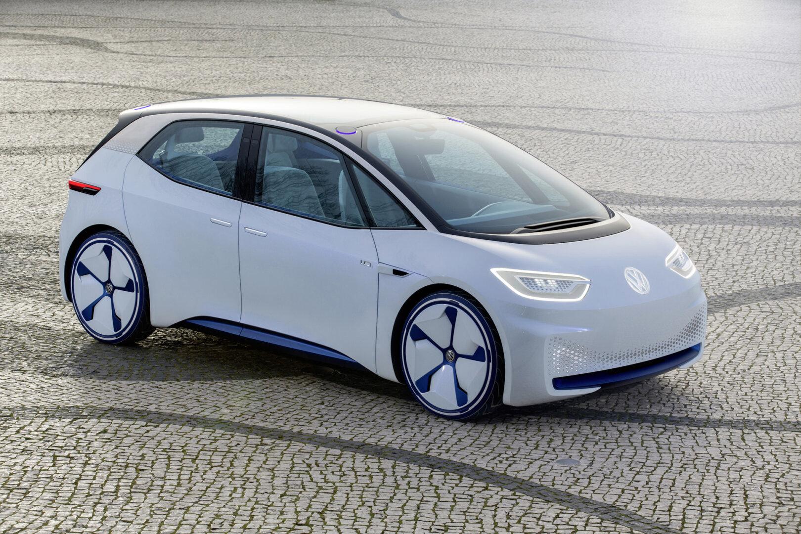 Weißer E-VW auf einem Parklatz.
