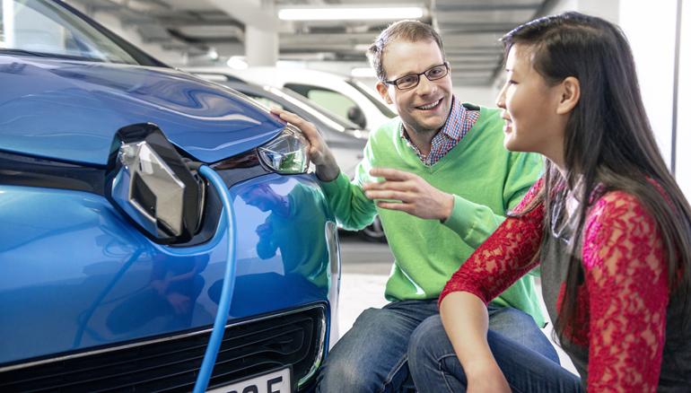 E-Auto Mann spricht mit Frau