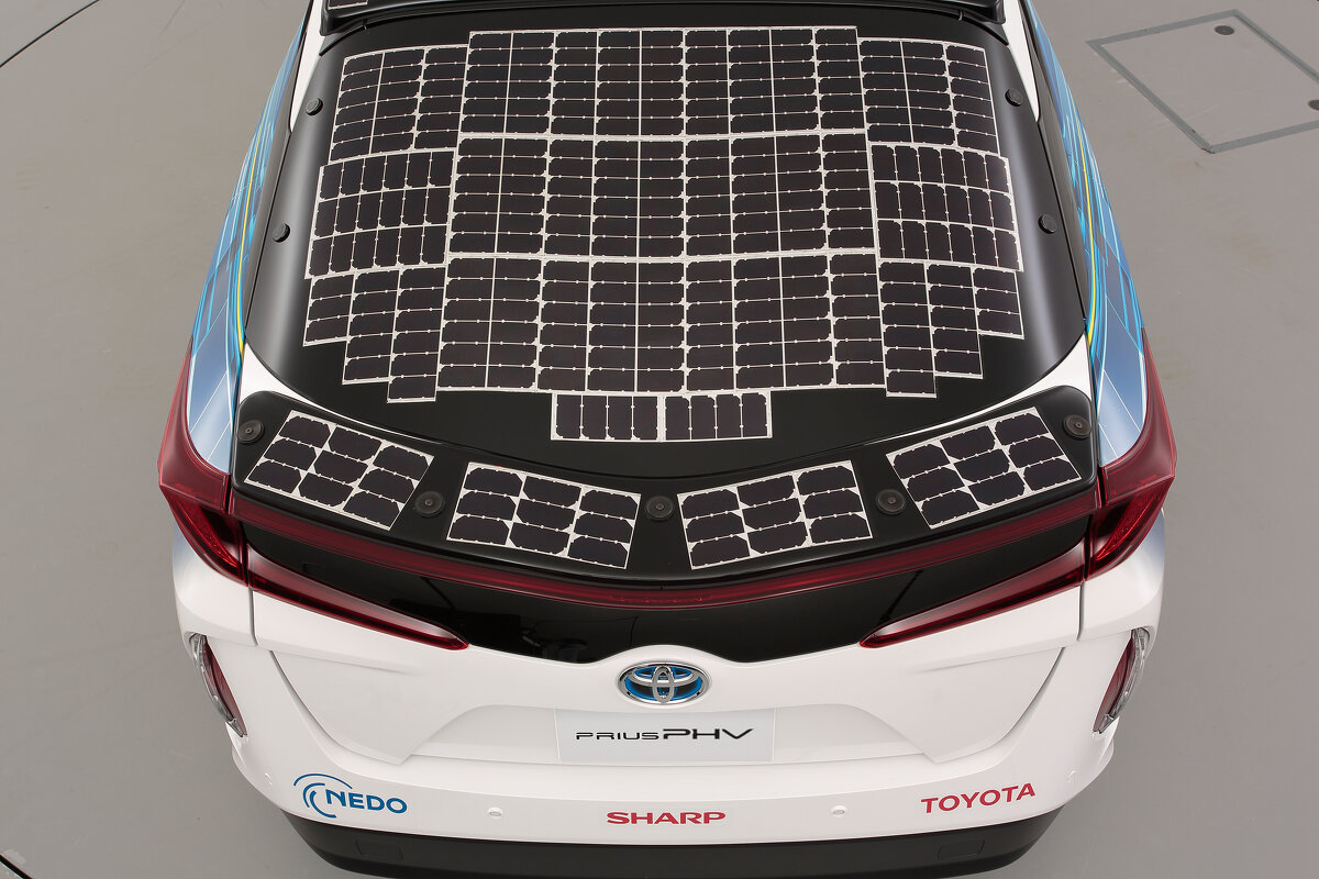 Toyota Auto von Hinten mit einem Solardach.
