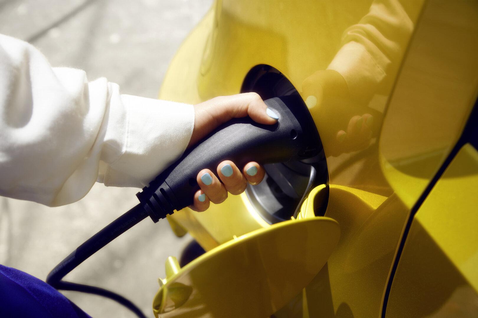 Gelber VW e-up Elektroauto wird geladen