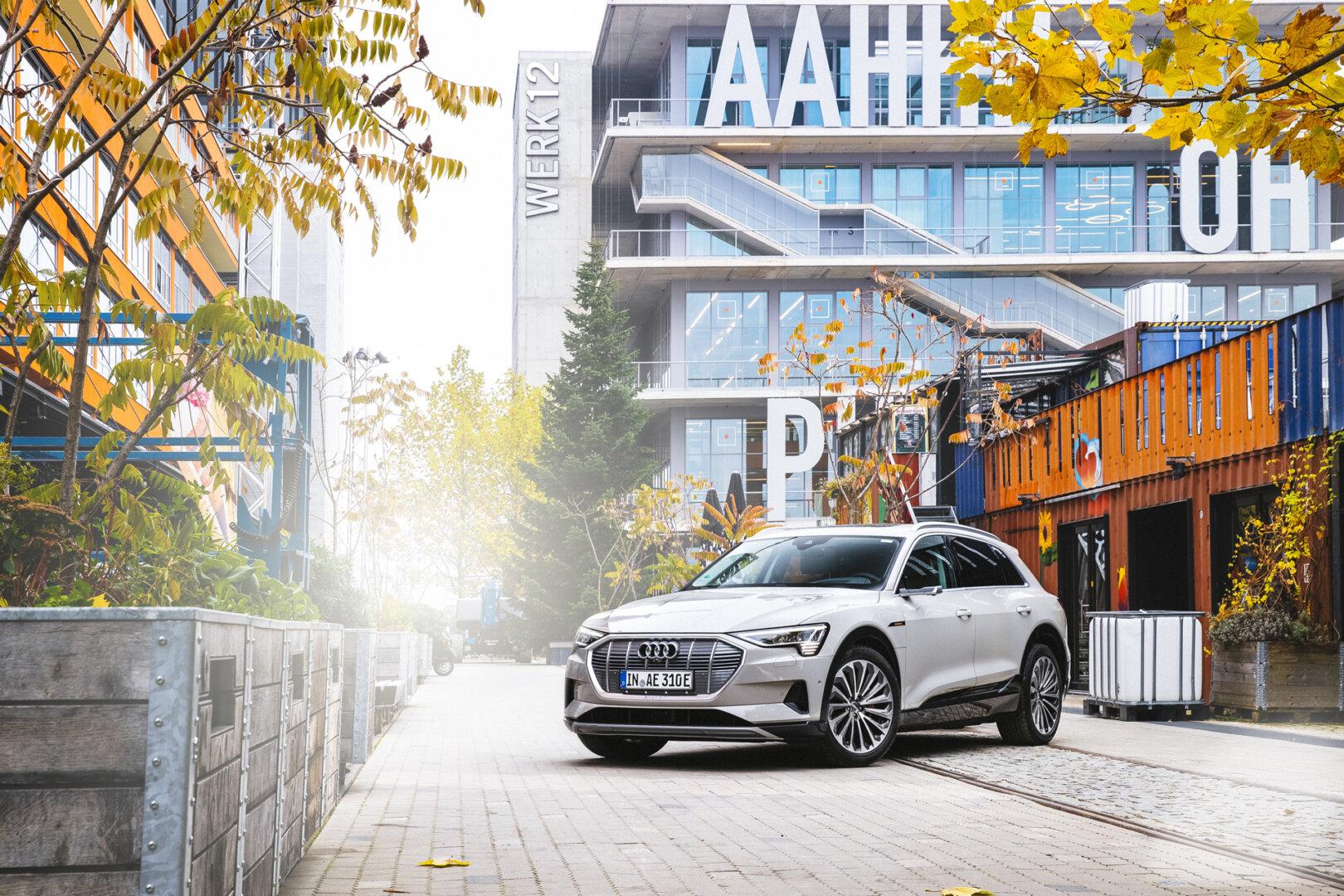 Weißer Audi E Tron Elektroauto vor dem Werk