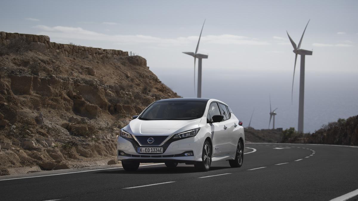 Weißer Nissan Leaf Elektroauto