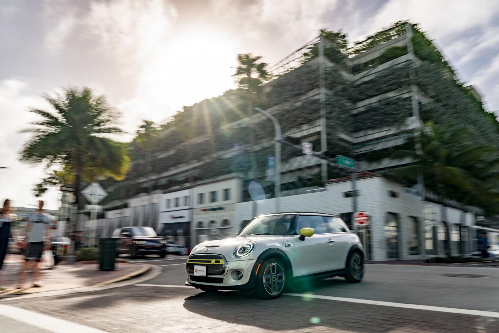 Der neue Mini-Cooper SE auf den Straßen Floridas