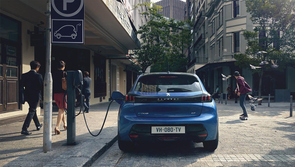 Blauer Peugeot E208 GT Elektroauto
