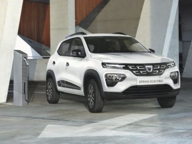 Weißer Dacia Spring Elektroauto