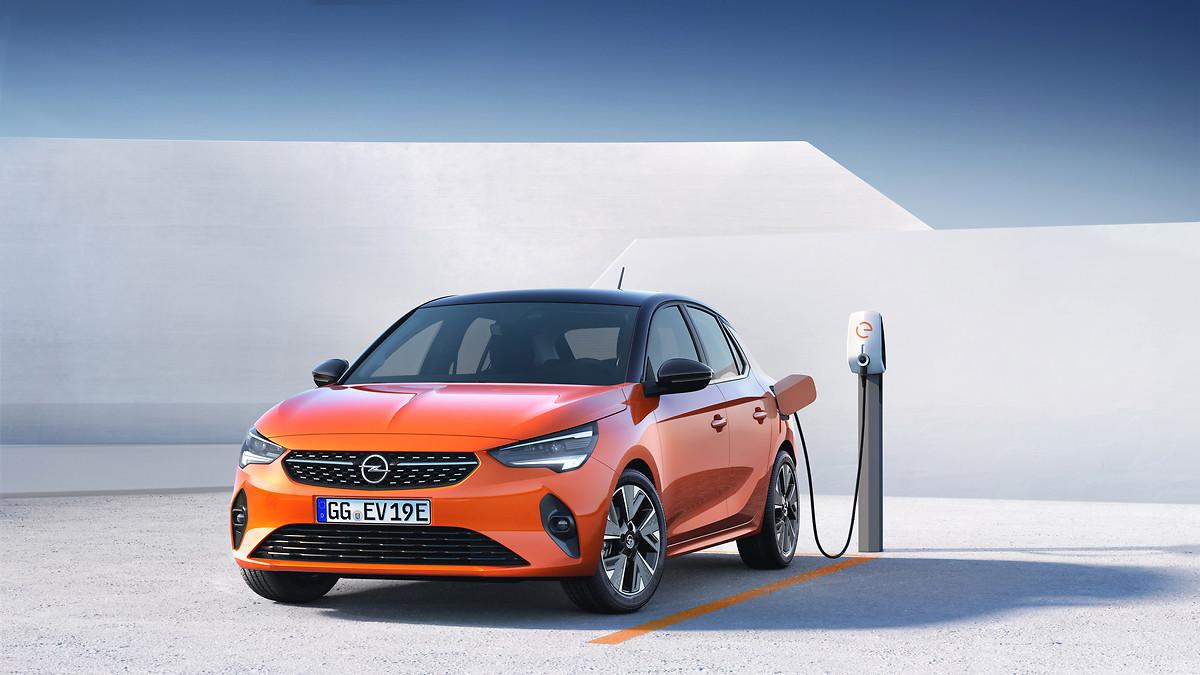 Orangener Opel Corsa Elektroauto