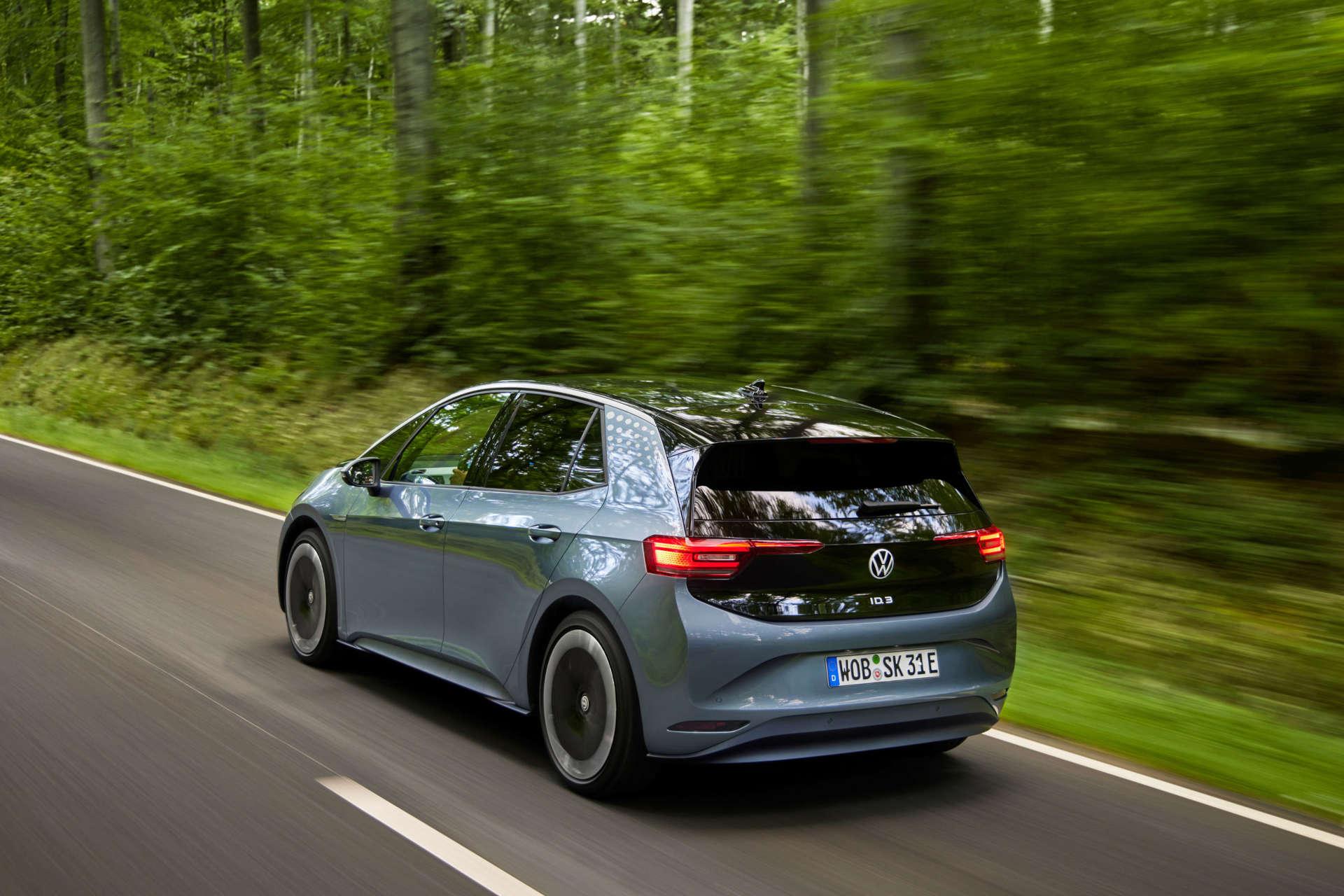 Silberner VW ID3 Elektroauto