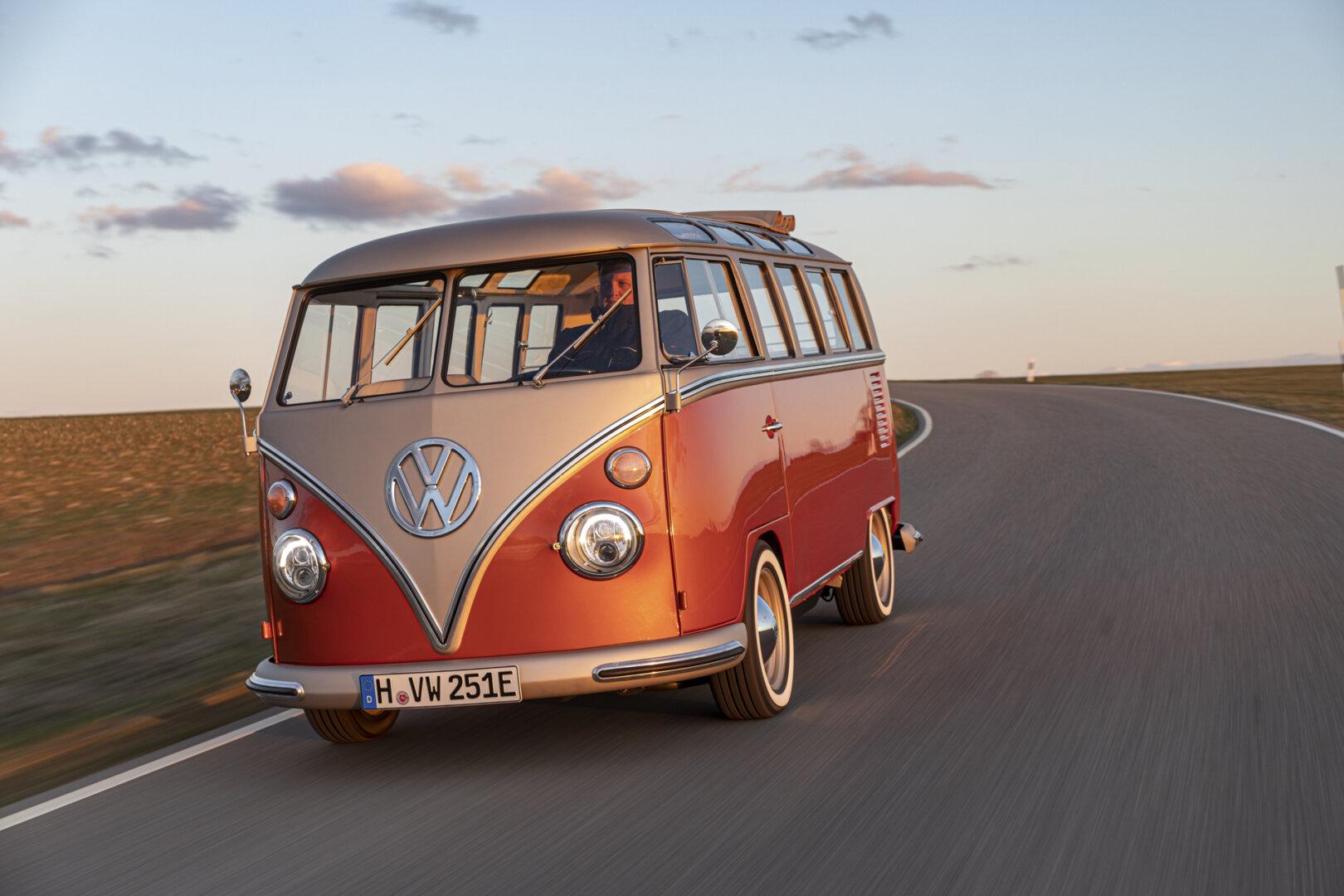 Roter VW e Bulli