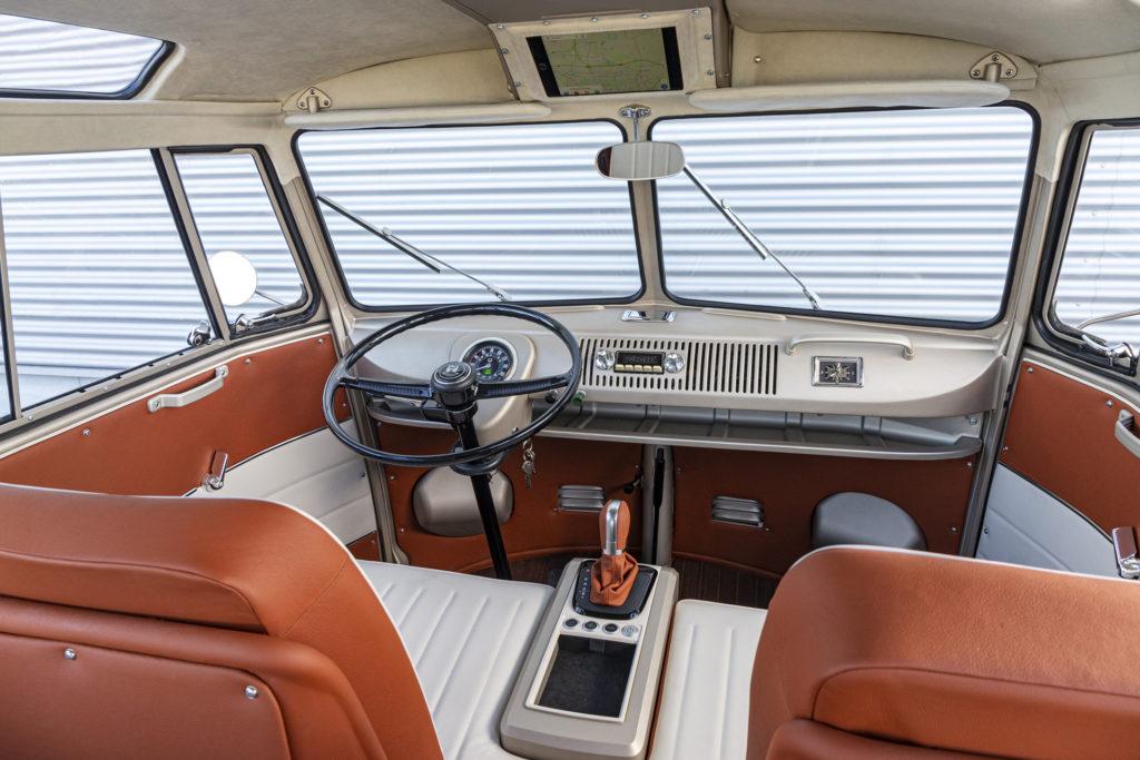 Fahrersitz und Cockpit des neuen E-Bulli