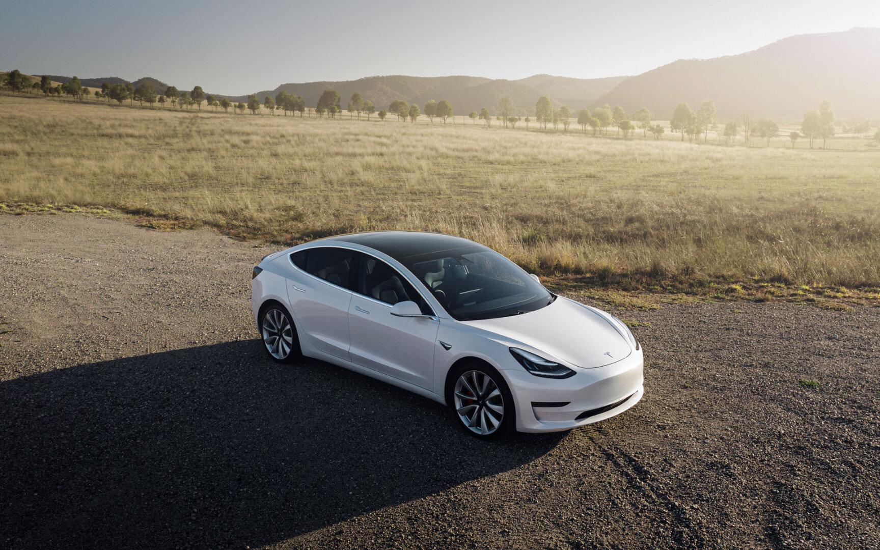 Silberner Tesla Model 3 Elektroauto