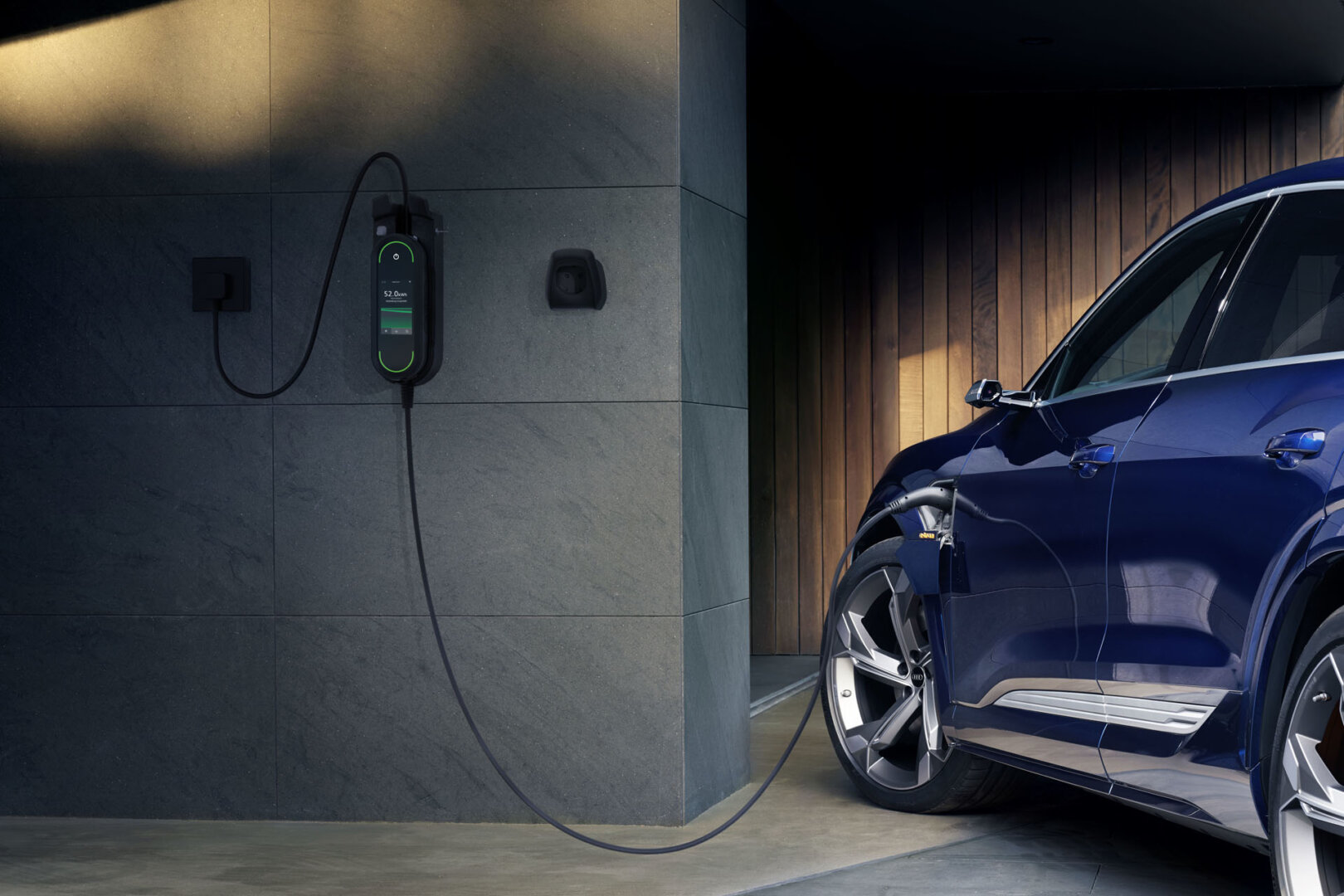 Audi E Tron wird von Wallbox geladen