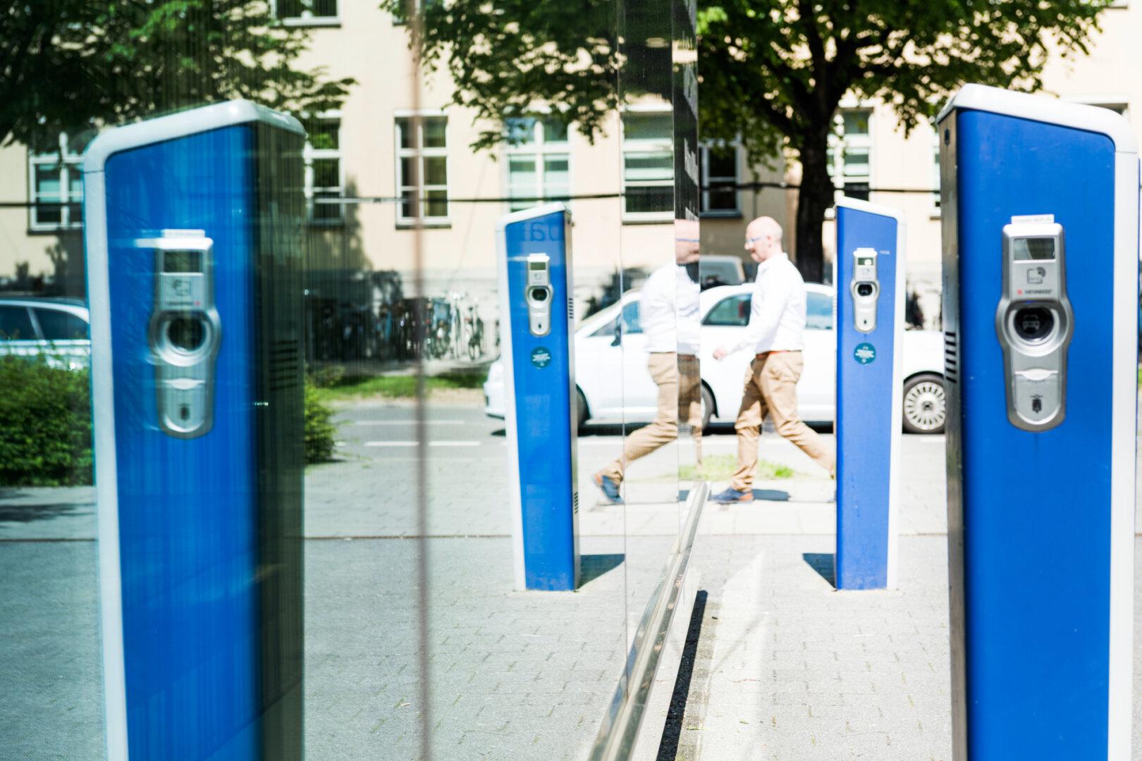 Blaue Ladesäulen auf öffentliches Parkplatz