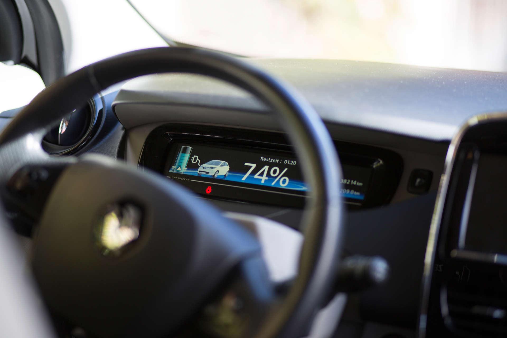 Lenkrad in einem Elektroauto mit Displayanzeige